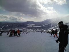昨日からの雪は山頂付近で30cmぐらい積もったかな。 あちこちで新雪パウダーコーナーがありました。 もう少し圧雪バーンも楽しみたかったかなぁ。