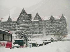 雪雪雪ここまで降ると滑り応えあります。ホテルの真っ赤な屋根も真っ白です。最初のスキーとしてパウダー三昧、最高でした。