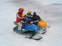 子どもも乗れるスノーモービル