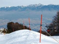 1月11日の連休最終日に行きました。 頂上からの眺めが格別で、 「まさにパノラマの名にふさわしい」という印象でした。 ゴンドラ途中で見えたあの形のいい山はきっと富士山だったのでしょう。 関西人にとっては感慨ひとしおでした。   さて、このスキー場について紹介します。 ココのウリは、なんといっても、ゴンドラから麓までの 整地された緩急に富んだ3,000mでしょう。 景色がいいから、高度感ありまくりです。 逆に高所恐怖症の方はちょっとビビリが入りそうです。   ゴンドラで上がっても、初・中級コースがリフト2本分ありますが、 「ハ」の字ができて、左右に曲がって止まれるレベルなら大丈夫そうです。 ただ、感覚的に申し上げて、初級レベルだとちょっとキツイ印象です。   けれど、上記のレベルでガッツがあれば、 すべて整地斜面ですから、下まで降りることもできそうです。 チャレンジしてね!   下のゲレンデも滑りましたが、 閉鎖的でオモシロくありません。 ゴンドラ下りは無料ですから、 小さなお子さま連れでも上で食事くらいはできますよ。 上のゲレンデは、ある程度滑れないとキツイですが。 とにかく、ココに来たら眺望を堪能しないと!   難点をあげるとすれば、 センターハウスからゴンドラ乗り場までの距離。登りがあるし、遠いし…。 子どもの道具を抱えて行くのは、拷問ですね。   それでは、ご安全に!