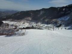 晴天の中、気持ちよく滑れました。 斜面が良いので練習している人が多い、硬派な雰囲気もあるスキー場です。