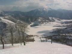 天気は快晴。ジャイアントコースを何度も滑走。 メインゲレンデは、少しカリカリして雪塊がごろごろしていた。 下山した後三俣の気温は6度。