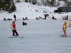 3連休中日となる1月9日(日)の早朝からお友達家と一緒に訪問。  午前4時過ぎに和歌山を出て7時半過ぎに現地着、レストハウス(無料休憩所)まで約30m。朝は凍ってますので小股で歩いてね。   ここは子供のスキー&雪遊びデビューに最適。  でもね、大谷ゲレンデ、リフトの空き方には目を見張るものが!  さらに「スロープ・パラダイス」もおもしろそう。  だから正直「ファミリースキー場」にしておくのはもったいない。   では、GOODなトコロから。  1)左右の分断感がたまにキズですが、「大谷コース」は上級者も楽しめます。(コブないですけど…)   2)ゲレンデに向かって左側の乗鞍第1コースに架かる第3ロマンス以外は、どのリフトもコースも空いてる。   3)小さな子供のスキー・デビューや雪遊びに最適。  隔離された「キッズパラダイス」(キッズゲレンデ)は、中央に「ムービングベルト」、向かって左が「初心者練習ゲレンデ」、右が「ソリ遊びゲレンデ」ときちんと分けられています。   4)キッズパラダイスの目の前にある「レストハウス」(無料休憩所)は、小さい子供を抱えたファミリーの味方。ただし休日は早めの「場所取り」が必要!   5)早く着けば、駐車場からゲレンデまでの距離もファミリー向け。   6)木之本インターからの近さ+スキー場までの融雪設備の存在。   次、BADなトコロ。  1)トイレ少なすぎ。  「乗鞍ゲレンデ」は、連休や週末には仮設トイレを考えるべき。女性は2,30分待ち。(大谷ゲレンデのレストラン「やまぼうし」のトイレはガラガラ。スケーティングができない人はキツイ。もっとアナウンスして!)   2)乗鞍ゲレンデと大谷ゲレンデとのつながりの悪さ。  公式HPでは「連絡コース」が出てないのが気になるところ。キッズパラダイス上部に初中級が移動できる「新・連絡コース」なるものが欲しい。   3)第3ロマンスリフトの混雑。   4)立派なキッズゲレンデがあるのに、スクールがそれに連動していません。  対象が小学1年以上、さらにキッズレッスンがなく、大人と小学1年生が一緒にレッスンなんてことも。年中くらいからのキッズレッスンが欲しい。   長々と書きましたが、ご参考に。  それでは、今日もご安全に!