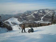この日は快晴で前日も晴天だったので、パウダーはあまり期待せず、志賀高原のほとんどのスキー場を周って楽しみました。 でも、焼額山のゲレンデ上部はツリーの中に入ればまだ柔らかい雪が残っていて、パウダーも意外といただけましたし、テレインパークもそれなりにアイテムが揃っていて楽しめました。