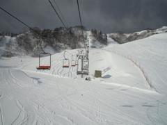 この日は前日から寒気が来ていて、大阪から近いところでも特に降る予報の出ているところだったので、初めて行ってみました。近くの奥伊吹は混んでいるという噂をよく耳にするので、小さいスキー場ですがあえてこちらで。 予想通り、朝いちばんからここへ来るひとは比較的少ないようで、非圧雪コースも他と比べたら競争率が低く、ファーストトラックをいただくことができました。 コース数は少なく、斜度も上級者コースでもさほど無いですが、大阪からこの距離でいただけるパウダーの量としては満足できました。 パウダーだけ楽しみたかったので、午前券でちょうどよかったです。