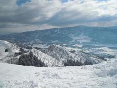 いつもは降雪のあった日に行くのですが、この日は全くなく、カリカリにしっかり圧雪された状態でした。 非圧雪コースの脇にはまだ前日のパウダーが一部残ってましたが、よく陽があたるので、昼前には固まってきていました。 以前と比べ、スキー場最上部のコースが全部閉鎖されてしまったので、リフトに乗って滑れる箇所がだいぶ減ってしまったのが残念です。 ツボ足やスノーシューで最上部のほうまで登って滑り降りてくる方々も何組かいらっしゃいました。それなりのガイドさんがいたり、それなりの装備や技術が無いと危険だなと感じました。リフトから見ていてもあちらこちらで亀裂が入っていたりして、今にも雪崩そうな箇所が沢山あり、案の定翌日には大量の降雪があったことも含め、何か所かクローズになったようです。