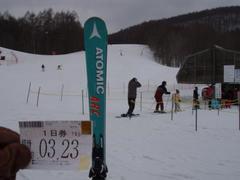 「東急スノーリゾートリフト券モニタープレゼント」に当選し、 家内と二人でグランデコスノーリゾートへ行って来ました。  当日はゼビオスポーツの試乗会が行われていましたが 買ったばかりのスキーの滑り初めだったの参加しませんでした。  3月最後の週末で、ここ最近急激に気温が暖かくなったこともあり、 パウダーとまではいきませんでしたが、 スキー場が次々とクローズする中、ここはたっぷりの積雪量で 全コース滑走可能。全リフト運行中でした。  あと一番、記憶に残ったのがリフト係のみなさんの挨拶の良さです。 ここは元気よく「どうぞ!」と声を掛けてくれ、 中には笑顔を見せてくれる方もいました。 ただダラダラと業務をこなすだけの係員しか居ないスキー場が多いなか さすが東急グループと思わせるほど、教育が行き届いており とっても感じが良かったです。 ある意味、コースや雪質云々よりも大切な何かを感じました。  ゴールデンウィークまで営業される予定なので、 来月また行ってもいいかなと思っています。  本当にありがとうございました。