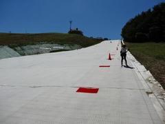 サマースキーです。 2013年から新しくピスラボの人工芝スキー場に生まれ変わった松山スキー場です。 距離こそ200mと短いですが目的をもって滑る分には十分だと思います。 ただし搬送機器がロープトゥなので慣れない人は少し苦労するかもしれません。  スキー場のキャラ的にトレーニング主体な方々が来場されるので気軽に夏スキーを楽しむには少々ハードルが高いかもしれません。   山頂にあるので景色は抜群! すぐ隣には入浴施設も併設されているので滑った後に汗を流して帰れるのもいいですね。