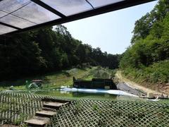 ロープトゥ搬送機器が設置してあるモーグルとウォータージャンプのサマーゲレンデです。