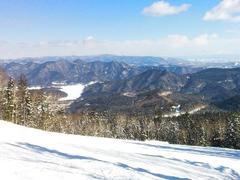 """個人の記録用に書いたモノですが、初めて行かれる方には参考になると思うので全文載せます。興味ある方はどうぞ。 長文苦手な方は無視してください。  【イントロダクション】  2013年2月、厳冬の北海道を堪能すべく2週間に及ぶ旅に出た。北海道滞在中、5か所のスキー場を訪れたが、その3か所目に選んだのがぬかびら源泉郷スキー場である。    ここは何年も前から存廃の動向に注目していたスキー場だ。元はプリンス系列で、全国版のスキー場ガイド誌にも掲載される規模のスキー場だったが、例の西武グループの再建計画により売却され、2008シーズンからは別会社が運営を引き継いだ。このあたりの経緯は、前回訪れた函館七飯とよく似ている。ところがぬかびらの場合、運営を引き継いだ会社が僅か一年で経営破綻。まさしく存続の危機に陥った。結局、地元の大型ホテルを経営する企業が運営を引き継いだのだが、このすったもんだの当時、公式ホームページは素人丸出しの酷いモノだったし、リフトの運行もスキー場下部だけの縮小営業(…だったような気がする。勘違いだったらゴメンナサイ)だし、どう見ても廃業コース一直線にしか見えなかったものだ。その後、予想は良い方に裏切られ、近年ではプリンス時代と変わらぬ規模でフル営業、ホームページもメジャースキー場に見劣りしないマトモなものになり、一時の危機的状況からはぬけ出したように見えている。だが、一度経営が怪しくなったスキー場というものは、いつ無くなってもおかしくないという不安がどうしても付き纏うものだ。これまでも「あ~~、ココは滑っておきたかった…!」と思うスキー場が、結局行く前に廃止されてしまった苦い経験が少なくないからだ。  という訳で、僕の中では『なるべく早めに行っとくべきスキー場』にリストアップされていたぬかびらだが、それでも今までずっと行けなかったのは、やはり立地条件の悪さにある。帯広から北にざっと60km、大雪山国立公園の南東に位置し、大雑把に言えば広大な北海道のど真ん中だ。周辺にはハシゴするような中規模以上のスキー場も全く無い。僕が北海道のスキー場巡りを本格的に始めたのは2009シーズンからだが、これまでは3泊以上の日程を取ることができず、移動時間のロスが大きすぎるぬかびらはどうしても無理だったのだ。ところが今回、奇跡的に2週間という長期の日程を確保できることになった。このスキー場を真っ先に行程に入れたのは、こんな経緯を顧みれば蓋し当然であった。  【事前調査(と予定外の訪問地)・予約】  立地条件が悪くて行けなかった、と書きはしたが、それは僕のように道外から飛行機でやって来て、中規模以上のスキー場をハシゴする、というワガママな条件を持った人間の勝手な言い分である。単純に帯広を起点として考えれば実はとても行き易いスキー場だ。というのは、十勝バスが帯広からの日帰りバスパックを発売しているからである。往復のバス代とリフト一日券がセットになって3,300円。安い、これは目ン玉飛び出るくらい安い。内地の相場で言えば、普通にリフト一日券を買うより安いではないか。帯広のビジネスホテルに泊まってこのバスパックを使う。どう考えてもコレで決まりだ。そう思って、詳細を調べるため十勝バスの当該ページを開いてみたところ、すぐ隣にあるもう一つのコースに目が留まった。『ぬかびらネイチャー&温泉コース タウシュベツアーチ橋をスノーシューで探訪』だと!?  …タウシュベツ、何処かで見た覚えがある。僕はグリーンシーズンにも何度も北海道には行っているから、その情報収集の時に目にしたのであろうか。気になって調べてみたら…やはりそうだった。件の""""タウシュベツ橋梁""""は、それこそ検索すればいくらでも紹介ページがあるからここでは詳細は割愛するが、要するに廃線になった旧国鉄線の遺構で、ダム湖の中にあるため水位が下がった時だけ姿を現すという幻の橋だ。10連以上の美しいアーチが湖面に映る写真を見たとき、ちょっと日本とは思えない不思議なその光景に目を奪われたものだった。だが、僕は別に廃線、廃道マニアではないし、結局行く機会もなく、場所もろくに知らないまま忘れていたのだった。まさか、これがぬかびらにあるものだったとは。で、この2月という時期は湖の水位が下がって橋が全容を現しているだけでなく、湖面が結氷しているからすぐ傍まで行くことができるとのこと。やはり帯広からの往復バス代とスノーシューレンタル、橋までのガイド、ついでに温泉入浴券がついて5,000円。スキーパックよりちょいと高いがこれも何かの縁、行かないワケにはいかないでしょう…と、ちょっと日程を調整することにした。  起点は2月17日(日)、帯広。朝のバスでぬかびらに入り昼過ぎまでタウシュベツツアー。(因みに""""ぬかびら""""は漢字表記では"""