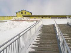 3日前の大雪の影響でスキー場への道の両側はうず高く雪が寄せられています。昨日はリフトの小屋が埋もれて除雪の為、12時オープンになったそうです。 今日も雪模様。今までにない積雪量。雪質はとてもいいです。 いつになく今日は自衛隊の人たちがいっぱいいました。 大雪のため宮城県でも自衛隊の人たちが除雪作業に出動しているそうです。 自衛隊の皆さんご苦労様です。ガンバってください。