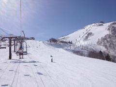 スノボ歴1ヶ月ちょいの36歳のおっさんです。 難易度高いと聞いてましたが滑れました、コブは怖くて怖くて無理です。 かなり外人さんが多かったです、ヘルメットにGopro付けてる人が多い。 スキーヤーの方が割合が多いけどスノボもそこそこ。 周りの施設も充実しててリフトも多いし待ち時間なかったし滑りやすい雪質だったし 最高でした。 二日目は雨と霧でブーツの中に水が入り軽い凍傷にかかりましたwwwパンツはゴアテックス級がいいかも。