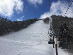 今シーズン6-7日目。 雪の予報だったが、時折り晴れ間も広がる。バーンは硬め。 連休ということもありメインゲレンデはかなりの混雑。 初心者ボーダーが多かった。 スキーヤーは隣接するよませややまびこの丘のほうが楽しめるかも。