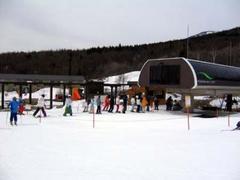 スノーランドには、タイヤチューブでくるくる回る雪上メリーゴーランドがあり、子供が喜ぶこと間違いなし! ソリゲレンデも全長100m幅30mと広々、キッズプレイルームも近くにあり、いつでも休憩できるので安心です。