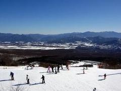 積雪量は少ないけど、ゲレンデ整備は他のスキー場と比べてダントツに完璧にされていると感じました。ゲレンデに流れる音楽も、流行の曲を繰り返し、繰り返し聞かされる他のスキー場と違って、センスの良い大人っぽい選曲で気分よく滑れましたよ。