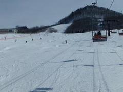 まだ2月なのに気温は完全に春スキーの陽気で上下ウェアのベンチレーションは全開でした。それでもゲレンデは整備が行届き、大変滑りやすかったです。