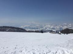 今シーズン15日目。 快晴で気温も高く、完全に春スキーモード。 朝一でやまびこを滑る。10時にはリフトが混みだしたので、上の平、パラダイス、ユートピアと下り、早めの昼食。午後はほとんど人のいない水無ゲレンデを何回か滑り、再びやまびこへいくも、コースはかなり荒れていたため、下ってユートピアコースで実力不足を痛感しつつ、繰り返す。