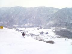 朝7時到着まず前日の降雪でゲレンデはまずまず天気がよくリフトが遅くてもゆったり乗りました。横に広くつなぎがよくなく若栗エリアと里見エリアが谷で分断されているせい行き来が大変でした。唯一TOpのスカイビューゲレンデが未圧雪で楽しめますがそれなりのすべりが必要(練習練習)。設備全般が古く残念でした。