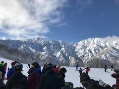 去年に続き雪不足。五竜、47とも上部はある程度雪があり、それなりに楽しめた。24日は雪、25日は快晴。 47の4人乗りリフトが20分待ちくらい。比較的空いているLine4を中心に滑る。 25日の降雪後のグランプリコースもよかったが、午後には荒れてモサモサな感じになっていた。