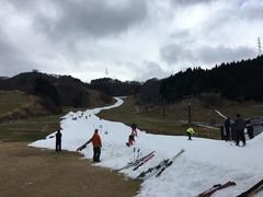 2年連続の暖冬で、なかなか滑ることのできるスキー場が少ない中、がんばって営業されてました。白蛇のようなゲレンデですが、滑走距離も長く滑り込めました。ただ、初心者にはかなり厳しいコンディションでしたね。