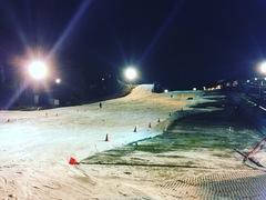 仕事が早く終わったので、ふらっと六甲山へ。ありえない寒さで、今シーズン始めてスキー場で寒いと思いました。雪も降ってきて、寒いはずですね。ナイターで軽くすべることができるスキー場が近くにあるのはありがたい。
