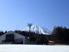 延長営業の最終日。富士山が綺麗に見えて、とっても良かった♪ 朝、雪面が緩む前のファーストトラックは快感♪ 適度な賑わいで、思い通りに気持ち良くターンが描けた♪
