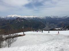 五月にガーラでスキーをするのは初めて。  今シーズンは雪たっぷりで、この時期のガーラでも4月なみのコンディションだ。 ガーラは、その利便性ばかりに目が行きがちだが、ゲレンデ整備の上手さも光る。  急遽決まったガーラ行きだが、このコンディションは、自分にとってはラッキーだった。 腰痛からのリハビリにはちょうど良かった。  特にグルノーブルの規則的なコブは、どういう動きならコブを攻略できるか、とても練習になった。