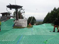 曇り時々雨、滑走性が良かった♪ スノーボーダー6割、スキーヤー4割の比率。