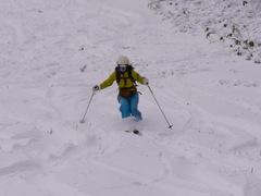 滑走1日目 今年もスキーシーズンがはじまりました。 ただし、ハイクです。前日登ってた方が、FBで、6時に登ってもギリギリだったので、今日は行かないほうがいいと言われ、我慢。その日麓で雨が降り、この温度なら、上は雪かなと思い、ハイクしました。スタートが遅く、9時30分くらい登りはじめ。すると、10時30分頃には上に着くのですが、その時点で、スキー少年団たちが、20名ほど登っていて、もうパウダーも何もなく、ぎだぎた おまけに、温度が高く、なかなかの不整地でした。 でもシーズン初のテイネ。嬉しい。登り返し2本、んで、最後1本滑って最後はさらに、板ぬいで、山道下って帰ってきました。山は下りがきついね。  んで、今回は、12本のアイゼンをスキー靴につけて登りました。これだと女子大の急斜面でも滑らずいける。実際この時は半分くらい土でていたので、シールは無理です。でも、シールはいつかほしい。バックカントリーの一式ほしいなぁ。まずは、今年こそ、テクがんばりたい。そうじゃないと、BCセットかったら、絶対にそっちしかしなくなる。基礎頑張らなきゃ。怪我しないように、今年頑張ります。