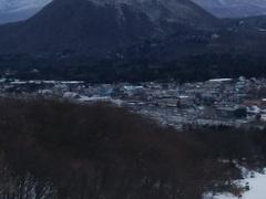 軽井沢プリンススキー場へ行ってきました。先週の平日火曜日でしたが、長い時間リフト待ちをするほどではなかったのですが、そこそこの賑わいでした。日本海側で大雪警報が出ていたので、晴天の確率が高いここに期待して行きました。期待通りの天候で、浅間コースが閉鎖されていたのが残念でしたが、アリエスカコースやパノラマコースと両端のコースを十分楽しんできました。午後3時近くになると、雲が多くなり、傾きだした日差しがコースの先に見える浅間山を輝かせて、とてもきれいでした。
