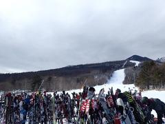 物凄い混雑っ!! ノーマルタイヤでスキー場に来てはいけませんっ!!
