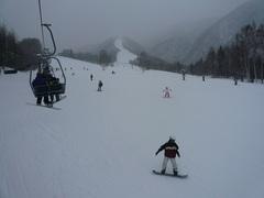 連休最終日で雪降りの為、 どんどんお客さんが帰っていきますが、 ゲレンデはそこそこにぎわっていました。