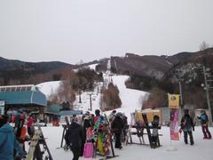 ダウンヒル競技専用?ってほど縦長のスキー場。難度高め。