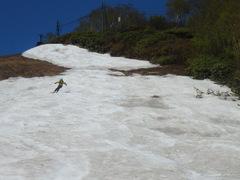 前日に、テイネ登った人から200滑れるときいたけど、登ったら、150mくらいかなぁ。北壁もそんなもん。下からみたら、2番には雪が多かったみたいだけど。途中から雪がなく、どうやってくだるのか?と思ったら、普通にシティービューパラダイスの150mを3本滑って帰ってきました。  ぴーかんで気持ちよかったけど、もう少し雪ほしかったw でもまあ、滑れたのでよしとしようか。