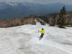 黒岳です。家から2時間くらいでつきました。 リフト回しできる北海道のスキー場。  札幌からFBの友達と、北見から同じくFBの友達が来ていました。 最初ハイクしようかなと思っていただけど、風強く。スキー背負っていくので、風でもっていかれそうと。今日はコブ最初から最後までコブ。 リフトにスキー持って乗るのと、板が汚れるのがあって、毎回拭いて、ワックス塗ってから乗ります。リフトは15分もかかります。眠たくなってしまいます。これもまた、初夏スキーのいいところ。  雪は、切れてなく、リフト回しできます。んで、誰のおかげか、コブがあり、なかなか楽しいです。 スキーヤーが15ー20名くらい? ボーダーが10名くらいいたように思います。  コブ苦手なので、練習。相方から上手になったとは言われるが、まだまだ。今は習ったことをとにかく意識して。でも、今日やってわかったのが右ターンの谷回りがどうも苦手。(大回りは右が好きなんですが)。そこで足が開いたり、内足がついてけなかったりするので、そこを意識するだけで、今度は左がはいりやすい。 前傾は、意識して直してます。 斉藤人之さんに相当言われていて、届いた動画みても、なるほどひどかったので。あとは、脚の伸展意識しました。  明日は風少なかったら、ハイクしてみます。 黒岳はハイクは比較的簡単です。