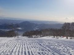 スクール2日目 レッスンに入るのも2日目です。 国家試験のために有給とっているのに、滑ってるアホです。 スキーは最高。やっぱりいい。試験前だからってスキーいかないなんて我慢できない。スキーしてたらそれだけで生きてるって感じがする。これで国試勉強だけなら、発狂してるわ。仕事もきついしねぇ。  今日は、かたださんに拉致られて入ったw 石川さん。フォルクルライダーさん。テク前にも教わったのですが、覚えていてくださったかも。 会員さんの1名は大阪からマンション借りて冬の間テイネ通うというリタイアされているおばさま。すごいなぁ。  平日は特にドルフィンはスタッフ不足で開講しているクラスが1つだけど、低速などは全然問題ない。私はへたっぴでできないしね。  昨日も今日もずっと言われたのが、足首の締め ひたすら言われました。 つまりポジション前にも後ろにもいかない位置。板をたわめられる位置。面でとらえられる位置。  あと、昨日からずっと言われている 体が先行する、内倒する。うーん。 かなり頑張って意識しても、もっとといわれる。うーん。相当体から動いているんだなぁ。気をつけないと。足首の締めはかなり気をつけているのでだんだんデフォルトで、できてきたけど。  それと、今日は、外脚の押し出し。これも昨日のともさんのスケーティングからきているからわかる。  ドルフィンの教え方の流れなのかな?足首の締め板にのっていきながらおす。  それにしても、なんとしても、体を先行させて動くのはなおさないと。いかんいかんぞーー。言われたことできるようにならないとね。  今日は、朝から、アトミックフリーライダーさん3名がきていました。 超有名人さんたちでした。おーすげー。 写真とってもらえばよかったなー。  明日も有給とってるのでスキー行こう いや、勉強しようw(注意 国試のため でもね、毎年 消えている有給をつかって何が悪いw 今年はじめて消化できるよ)
