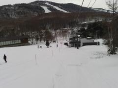 曇り空。今晩から雪予報。明日有給(笑)等と考えつつ滑走。 思ったほど固くなく、想像以上によいコンディション。感謝。 ホント、ここ大好きです。