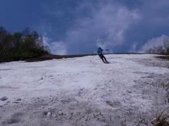 前日のチセからのサッポロテイネ。 何回もスキー背負って登っているけど、今年ほど雪がなかった日はなかったかなぁ かなり滑るところは短かった。 V字は行けそうだったけど、最初の急斜面が降りられそうもなく(やぶ)。怪我しそうなのでやめました。 今年はマジで雪が少ないね。 このイベント終わればあとは黒岳だけなんだけど。どうなることやら。  テイネでは、手稲の主のS様と、Nさん親子にお会いしました。 テイネはおじさまたちが毎日登っているので、みなさん顔なじみみたいですね。 他にも、ロープウェイのりばまでは、チャリダーやら、ランナーやら 山菜採りの方々やらがたくさん。わんさかいたテイネですね。  テイネはがれ場側からは往復5時間コースですが、女子大からは夏で1時間半で往復できる。スキーとブーツ背負っていると1.5倍くらいかかるね。重いわ。ただ、その重いセットを背負って若者たち(アルペンチーム)が登ってきてます わずかに残った雪で何度も練習。硫安まで巻いて練習していました。根性だー。 JK JCが元気でしたね(DK DJはヘロヘロ?)。流石にJSやDSは保護者も一緒の登りスキーのセット持って行ったみたいだけど(特に中学年くらいの子は)  あーー黒岳まで雪もち、今年も120日いきますように。